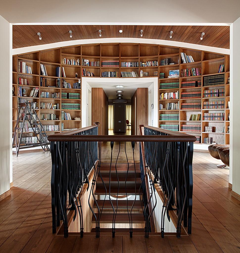 КВ Бюро Загородный дом в подмосковье лестница библиотека